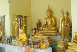 Goldene Buddhafiguren mit der Deutschen Tauchschule Phuket